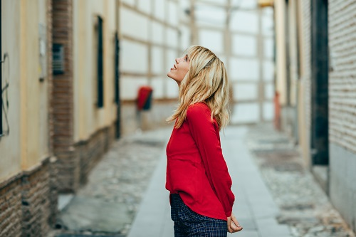 Flicka som upptäcker en stad